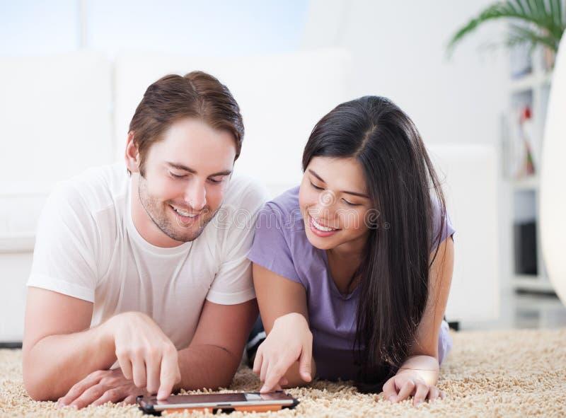 Couples heureux observant l'exposition préférée image stock
