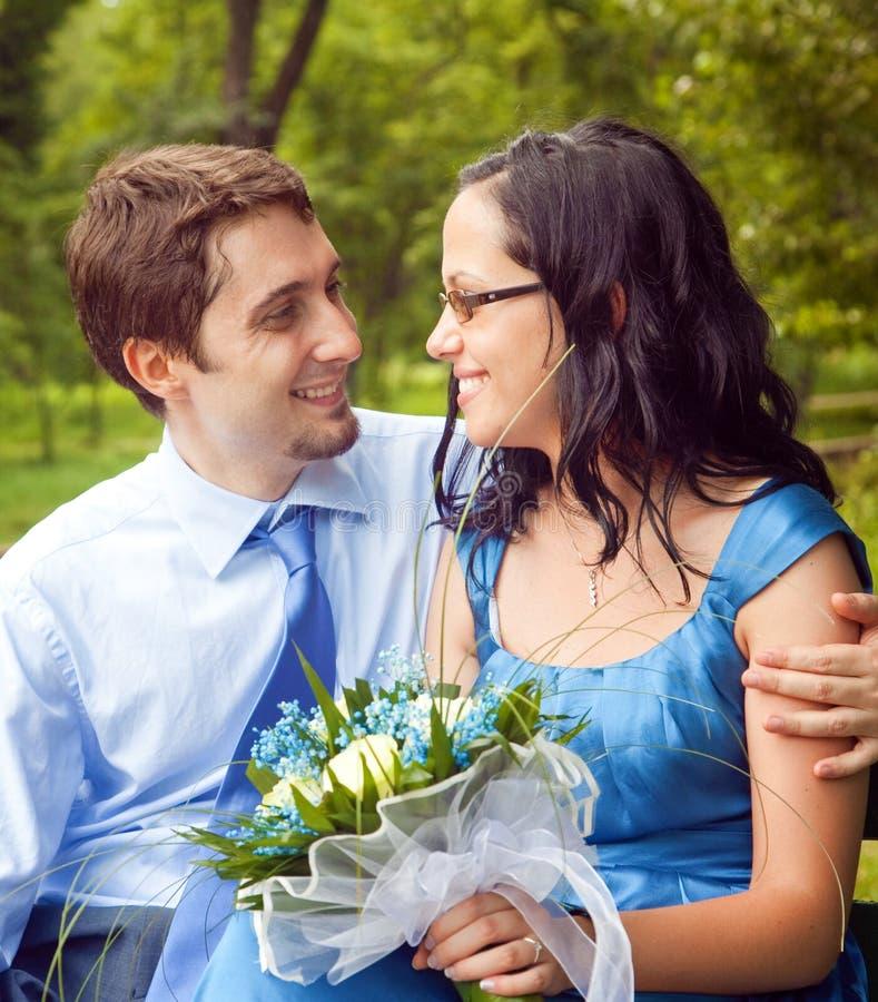 Couples heureux partageant un moment intime romantique photographie stock libre de droits