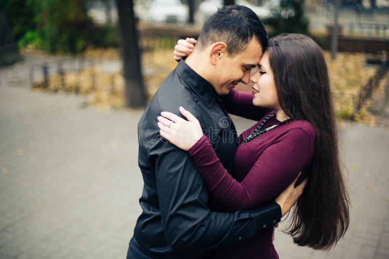 Couples heureux posant dans la ville photographie stock libre de droits