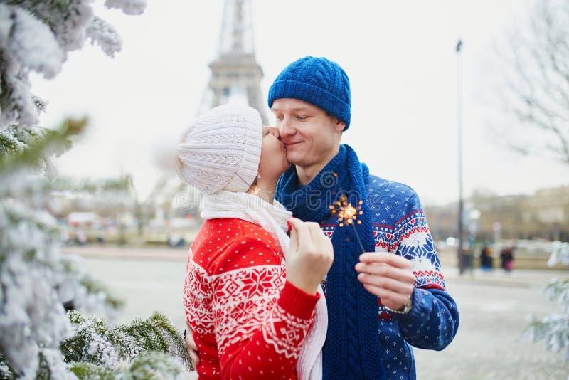 Couples heureux pr?s de Tour Eiffel un jour d'hiver image stock