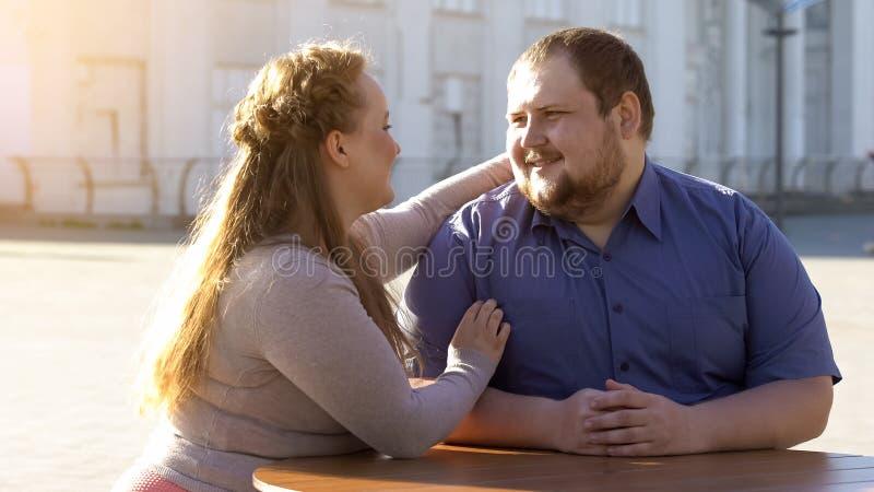 Couples heureux regardant l'un l'autre avec amour, date extérieure, relations tendres photographie stock libre de droits