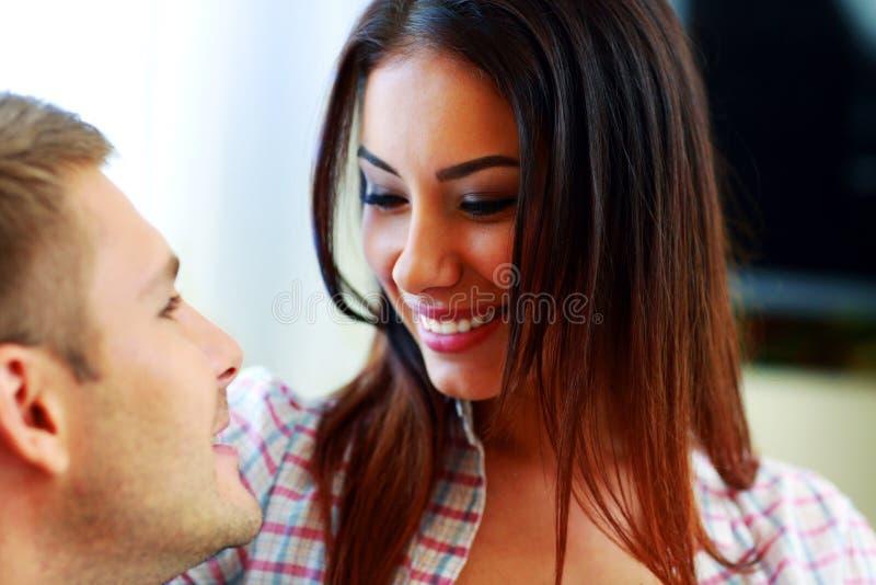 Couples heureux regardant l'un l'autre photographie stock