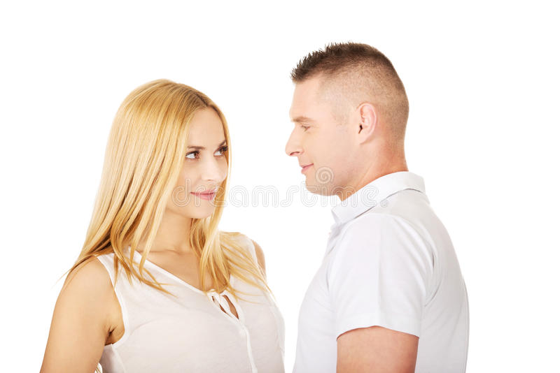 Couples heureux regardant l'un l'autre photo stock