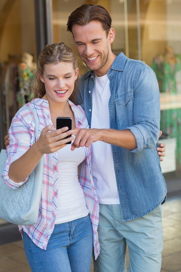 Download Couples Heureux Regardant Le Smartphone Photo stock - Image du ville, composer: 56489630