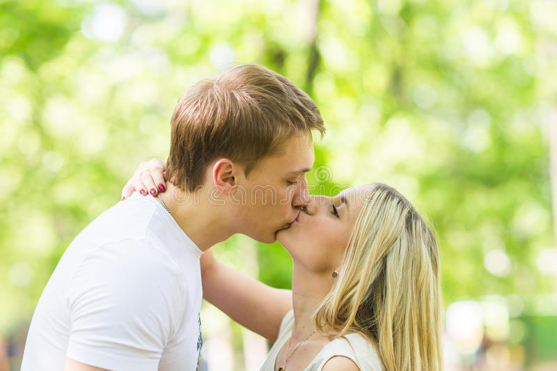 Couples heureux romantiques dans l'amour sur la nature Homme et femme embrassant en parc d'été image libre de droits