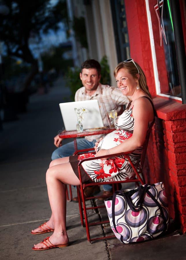 Couples heureux se reposant à l'extérieur image stock