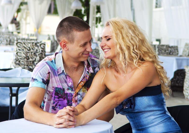Couples heureux se reposant dans le restaurant photos stock