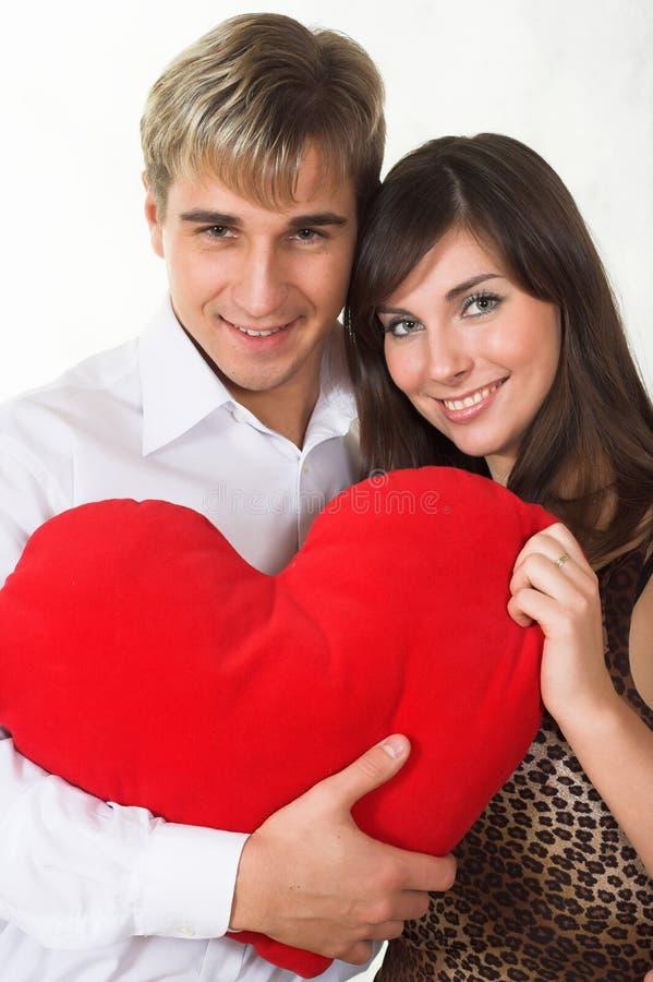 Couples heureux souriant au-dessus d'un fond blanc image libre de droits
