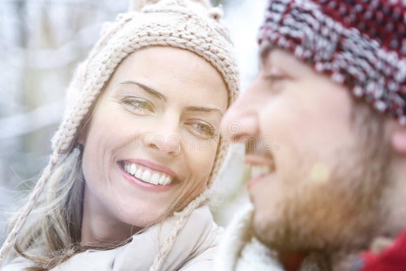 Couples heureux souriant en hiver image stock