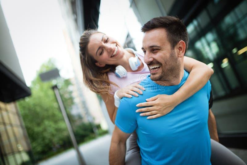 Couples heureux sportifs s'exerçant ensemble Concept de sport photo libre de droits