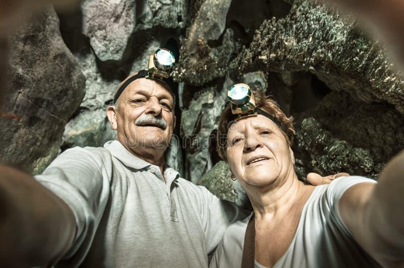 Couples heureux supérieurs prenant un selfie à la caverne de Tham Phum au Laos photographie stock