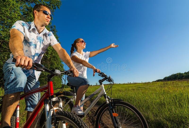 Couples heureux sur des vélos images libres de droits
