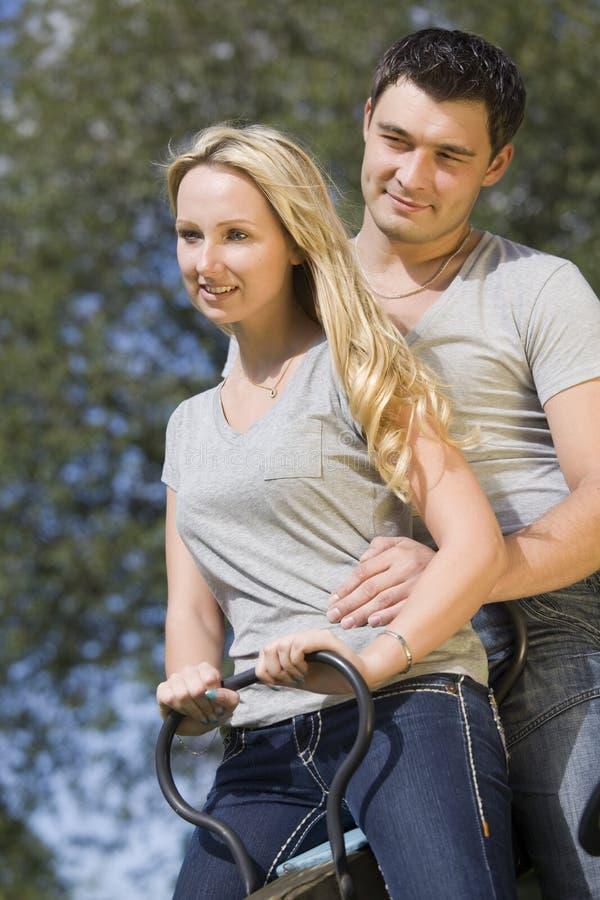 Couples heureux sur l'oscillation photographie stock libre de droits