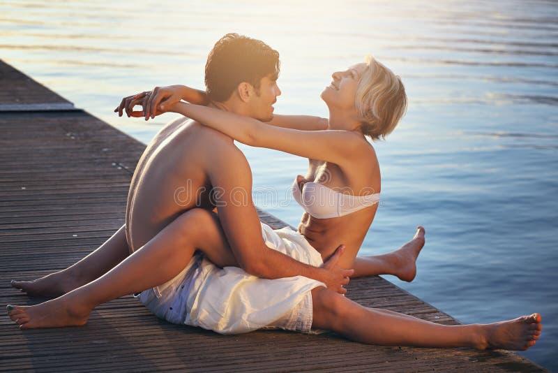 Couples heureux sur la jetée de mer images stock