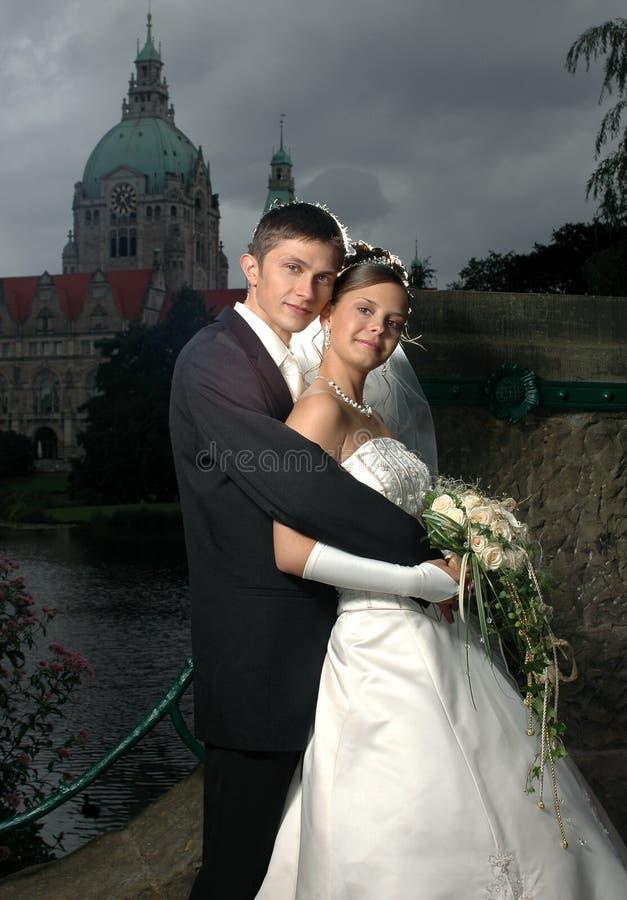 Couples heureux sur la passerelle images libres de droits