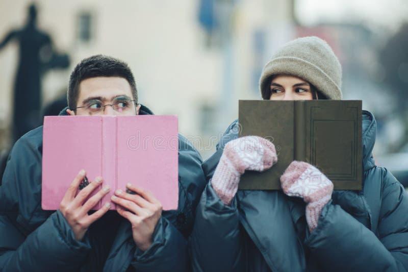 Couples heureux sur la place de ville décorée pour un marke de Noël photographie stock libre de droits