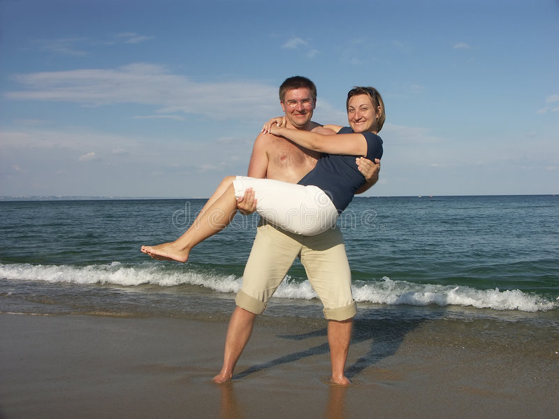 Couples heureux sur la plage photographie stock libre de droits