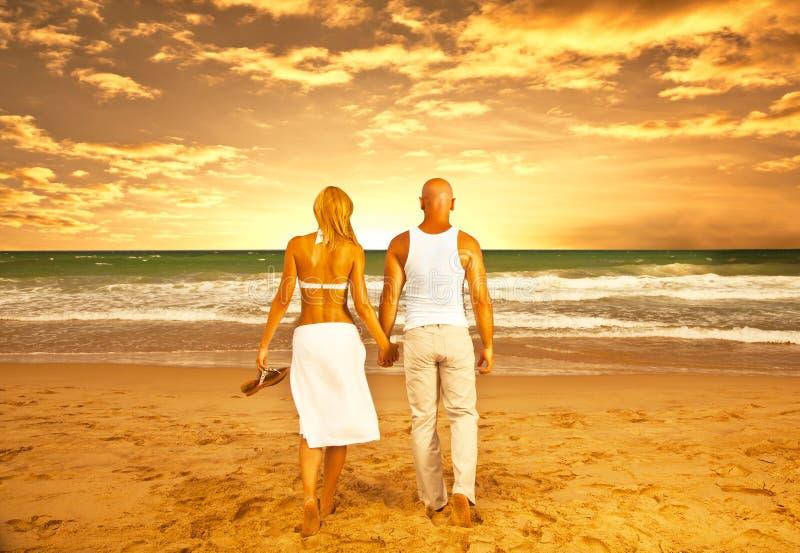 Couples heureux sur la plage photo libre de droits