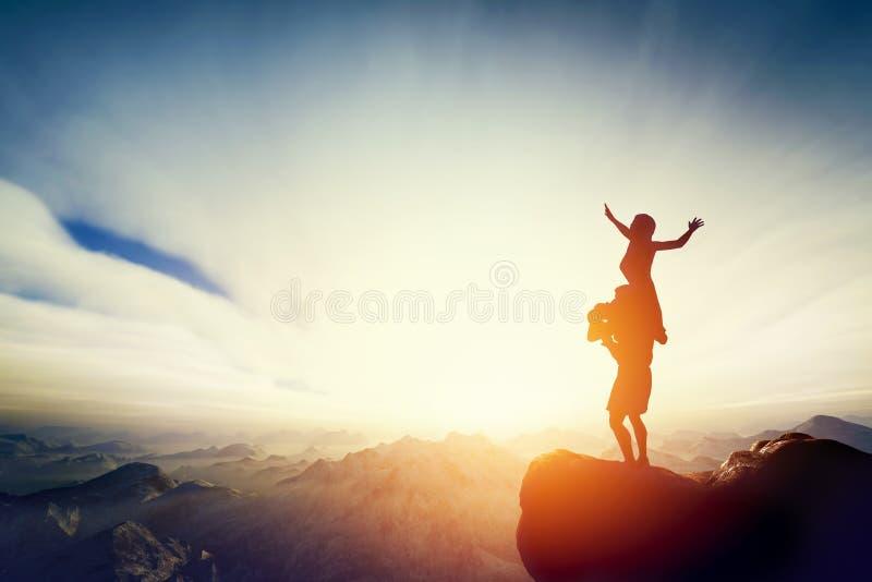 Couples heureux sur le dessus du monde ! Homme tenant la femme sur ses bras photographie stock