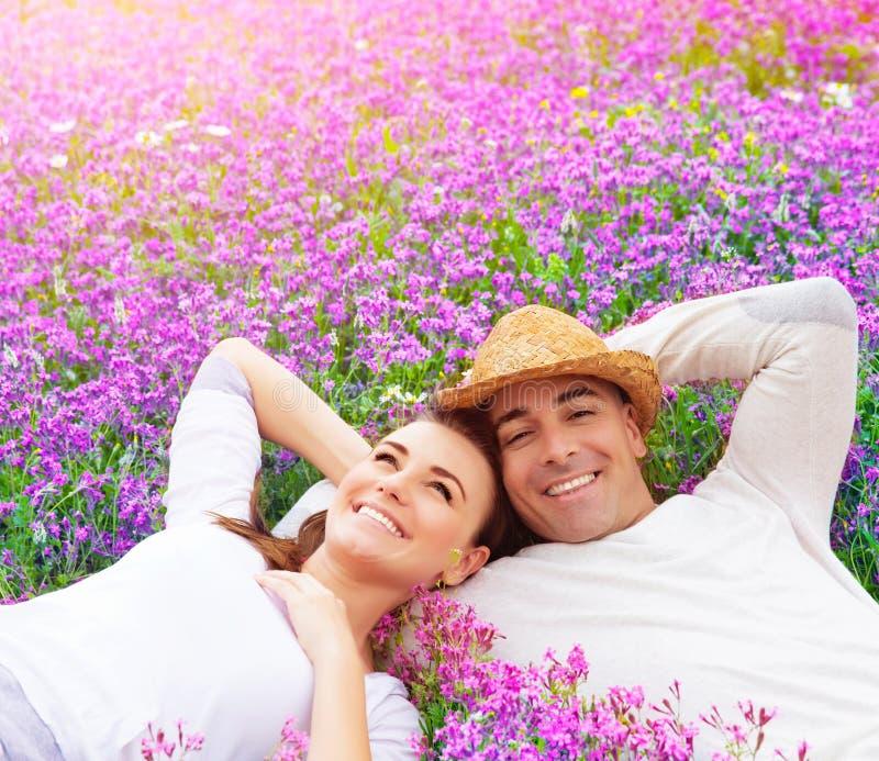 Couples heureux sur le gisement de lavande image stock