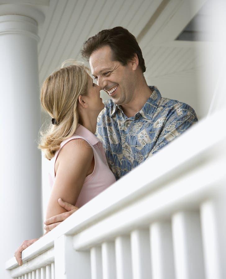 Couples heureux sur le porche de la maison image libre de droits