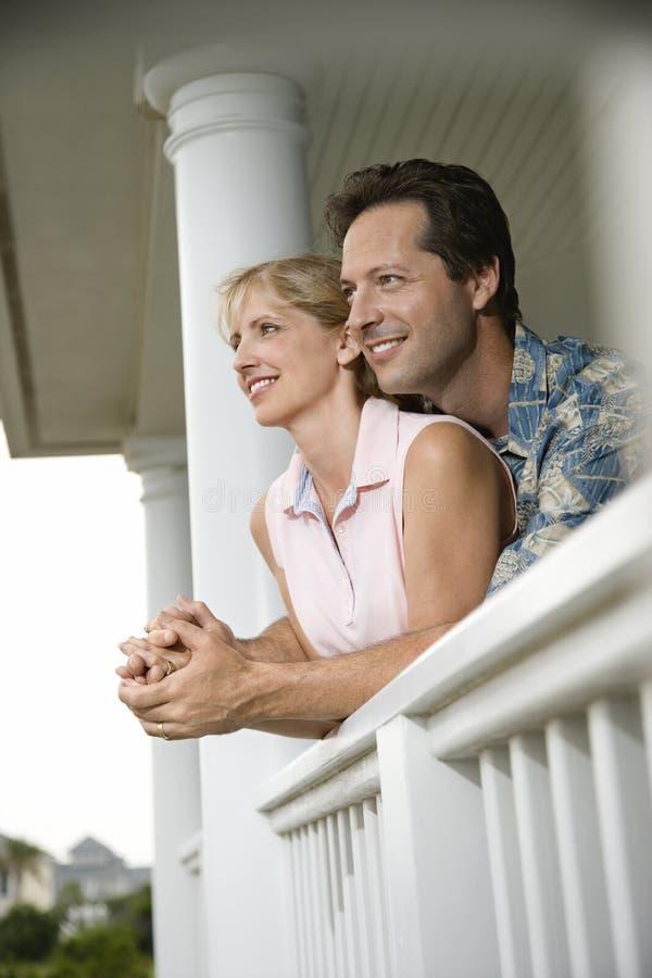 Couples heureux sur le porche de la maison photo stock
