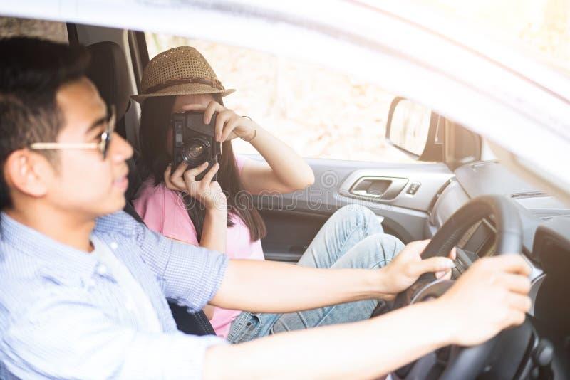 Couples heureux sur le voyage de voyage par la route de vacances d'été images stock