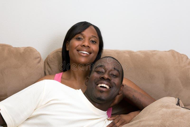 Couples heureux sur un Divan-Horizontal images libres de droits