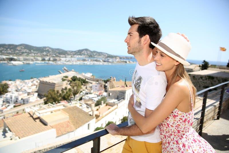 Couples heureux sur un voyage dans l'ibiza photographie stock