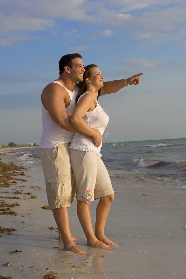 Couples heureux sur une plage image libre de droits