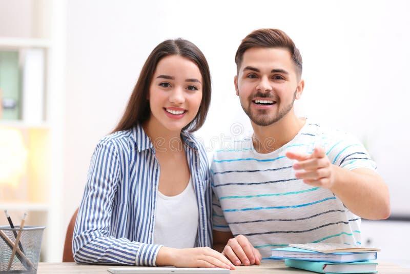 Couples heureux utilisant la causerie visuelle pour la conversation photo stock