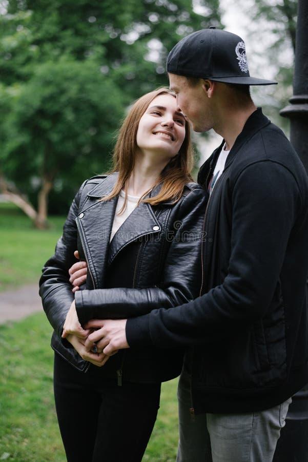 Couples higging en parc images stock