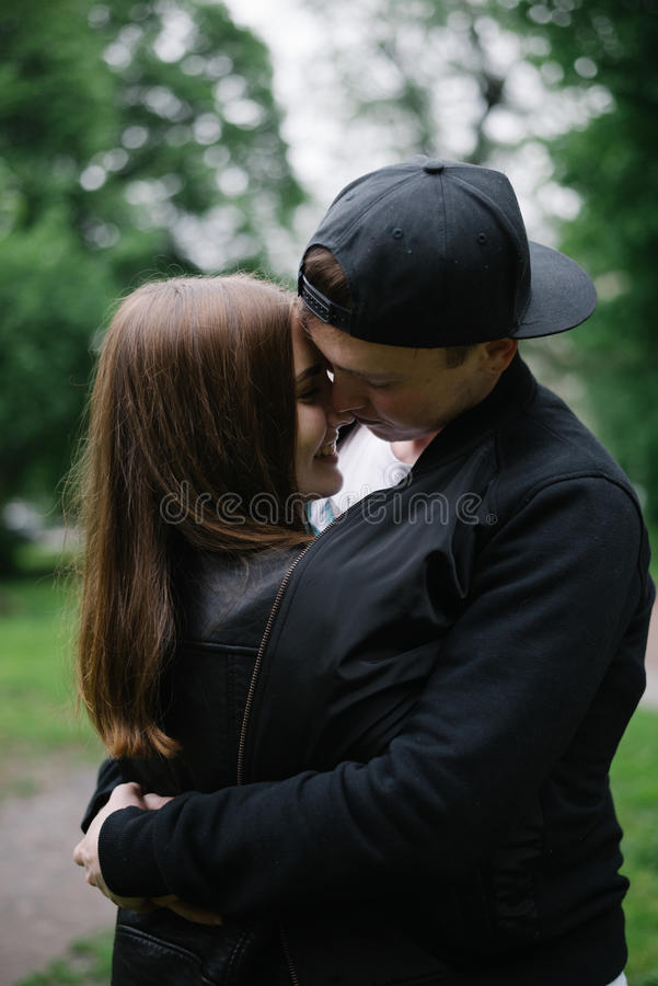 Couples higging en parc photos stock