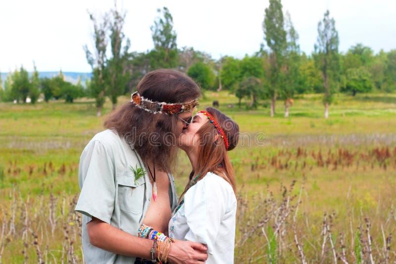 Couples hippies dans le baiser d'amour photo stock