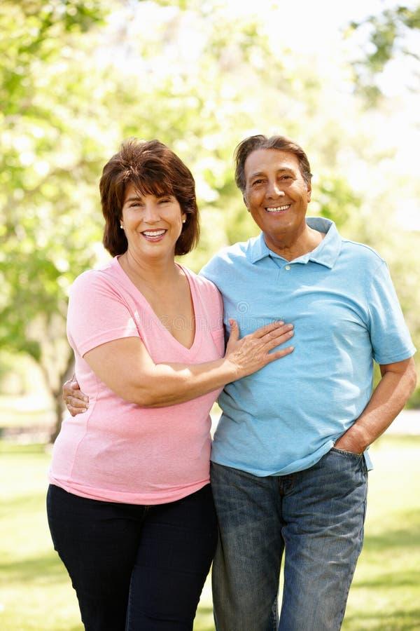 Couples hispaniques aînés à l'extérieur photos stock
