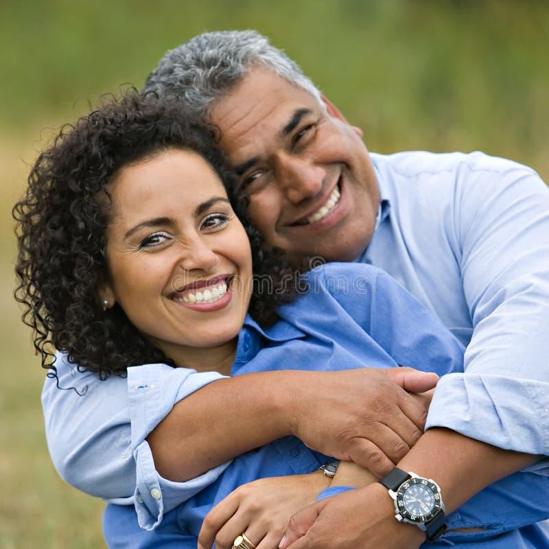 Couples hispaniques affectueux heureux photographie stock