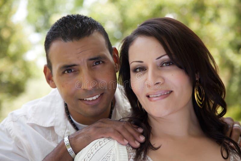 Couples hispaniques attrayants en stationnement image libre de droits