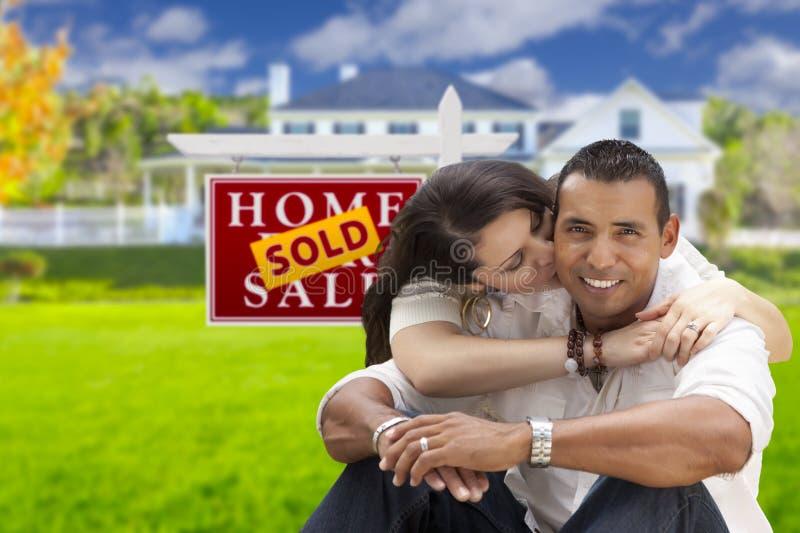 Couples hispaniques, nouvelle maison et signe vendu de Real Estate photographie stock libre de droits