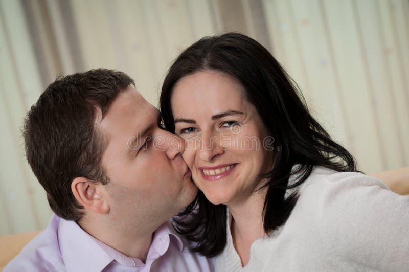 Couples - homme embrassant son épouse images libres de droits