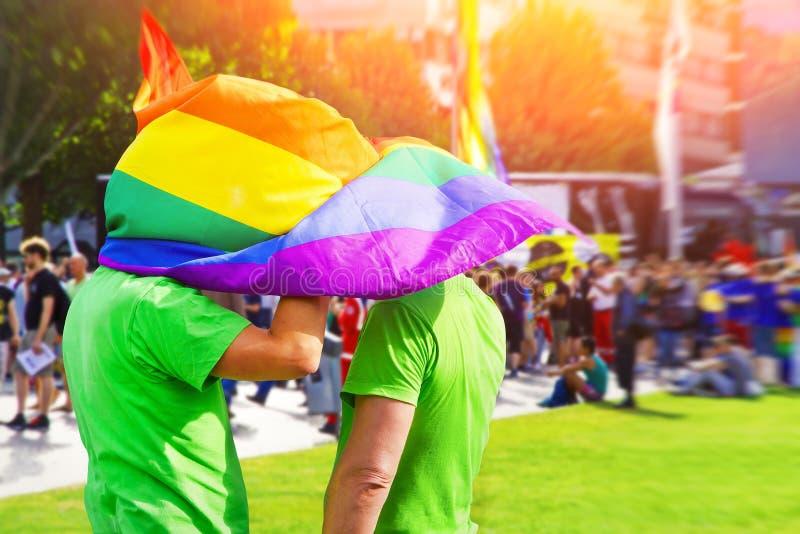 Couples homosexuels heureux à l'extérieur photos stock