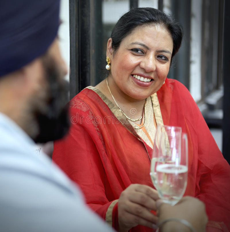 Couples indiens dinant ensemble le concept photos libres de droits