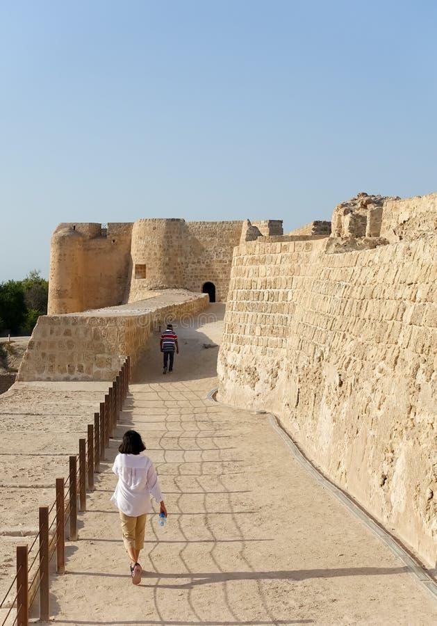 Couples indiens explorant le fort du Bahrain photographie stock libre de droits