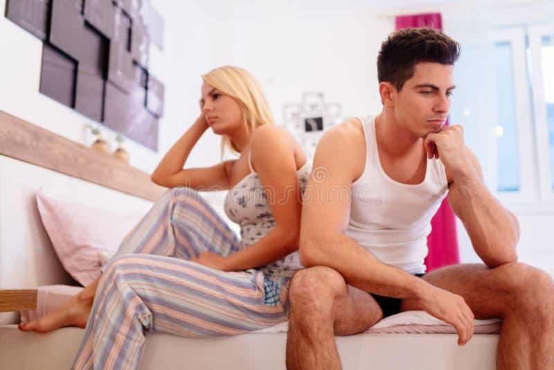 Couples inquiétés ayant des problèmes dans la chambre à coucher images stock