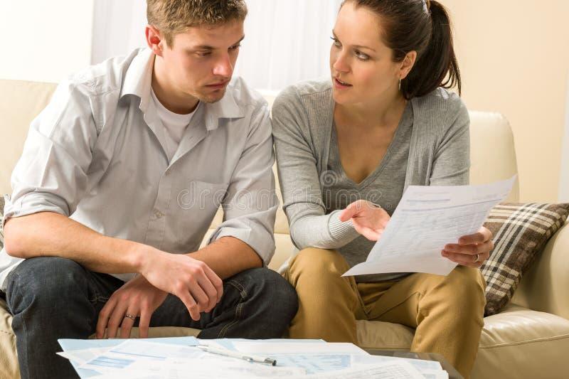 Couples inquiétés parlant de leurs dépenses photo libre de droits