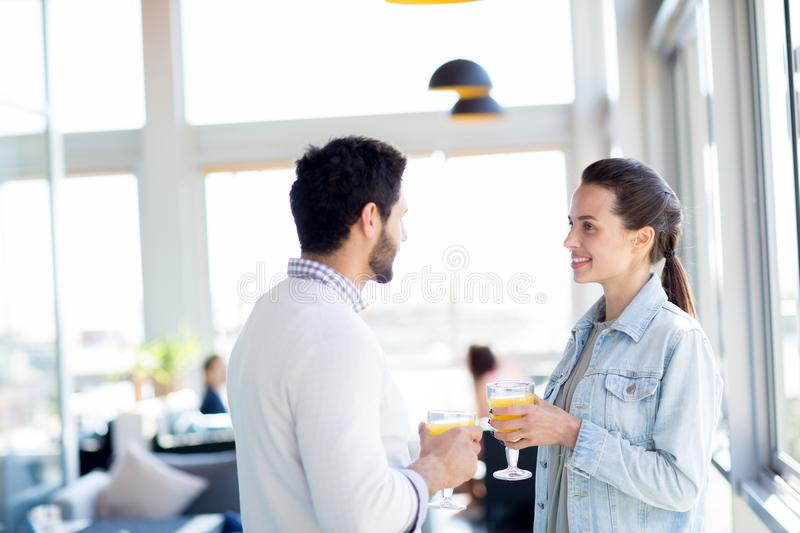 couples insousiants images stock