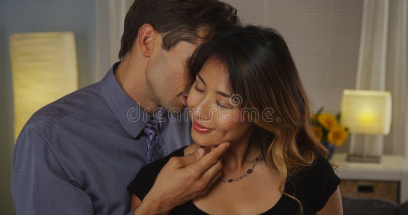 Couples interraciaux étant intimes images stock