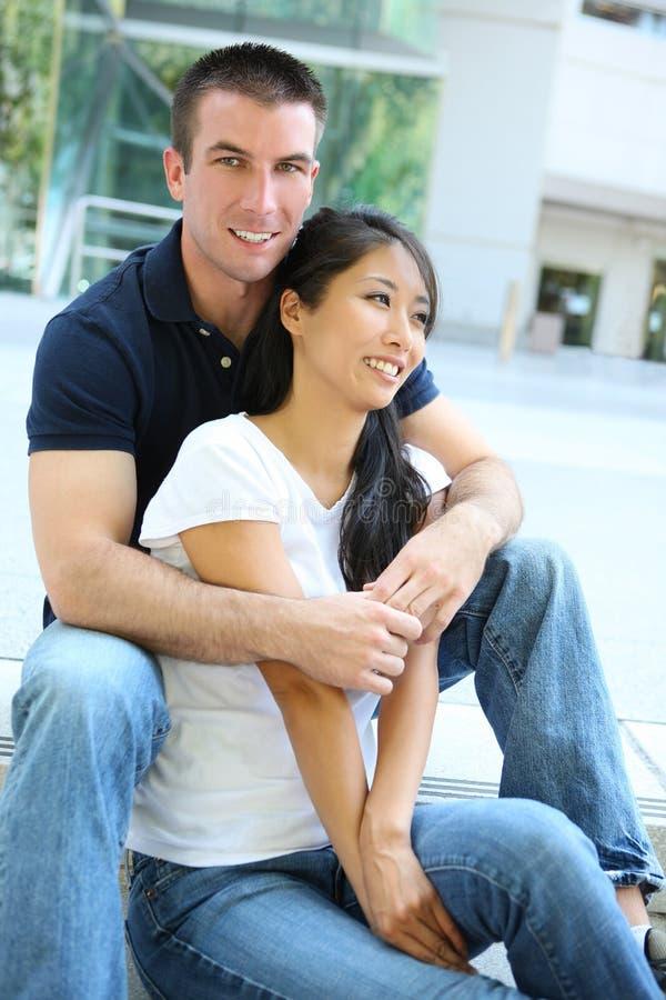 Couples interraciaux attrayants image libre de droits
