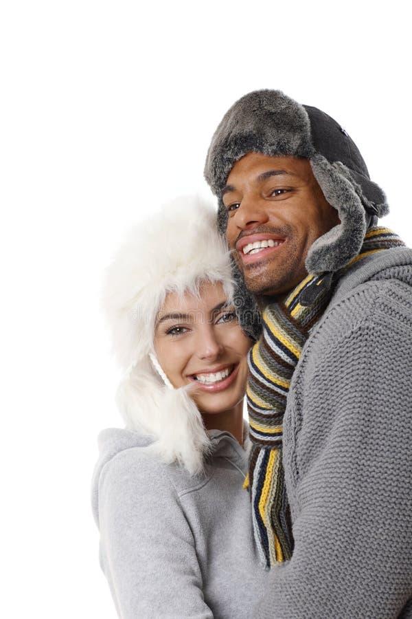 Couples interraciaux embrassant à l'hiver photos stock