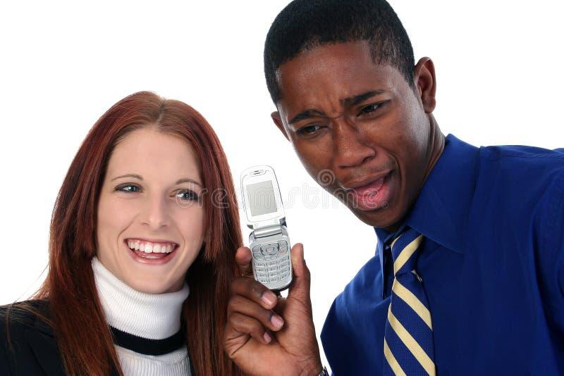 Couples interraciaux partageant le portable photographie stock