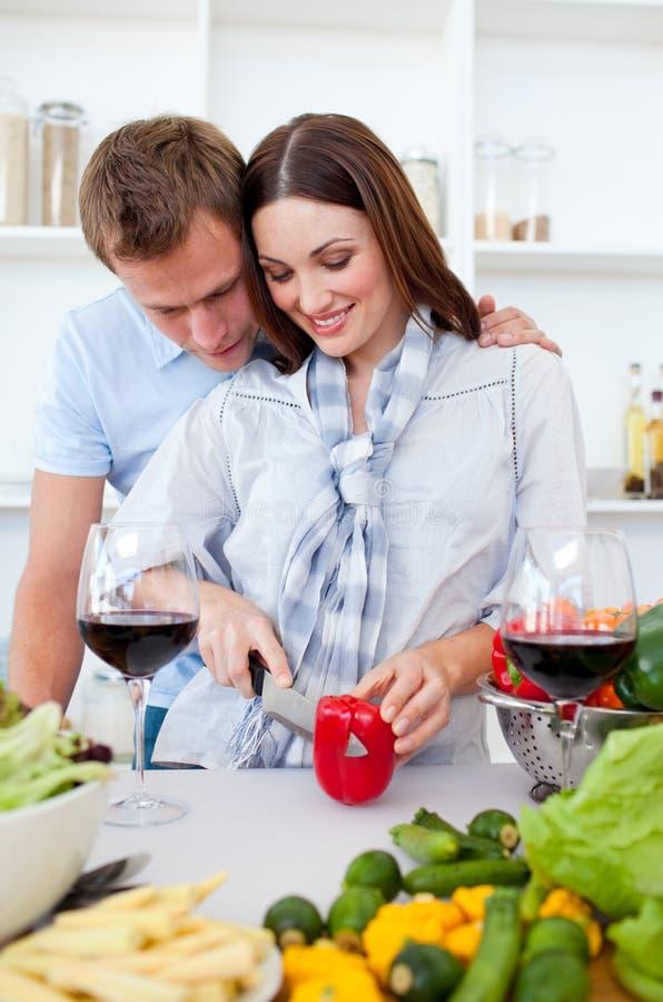 Couples intimes préparant le dîner photos stock